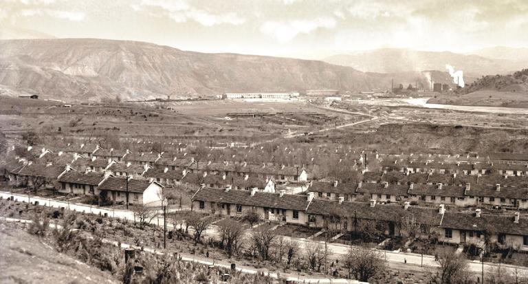 1961'e kadar, Türkiye'nin tek demir-çelik üreticisi olarak kalan Karabük Demir Çelik Fabrikaları'nın temeli, Başbakan İsmet İnönü tarafından, Zonguldak'ın Karabük köyünde atıldı.  tarihte bugün