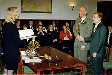 Hollanda, eşcinsel evliliği yasallaştıran dünyanın ilk ülkesi oldu. tarihte bugün