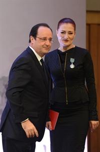 Fransa Cumhurbaşkanı François Hollande, sanatçı Candan Erçetin'e kültür alanında iki ülke ilişkilerine katkılarından dolayı 'Kültür ve Sanat Nişanı' taktı. tarihte bugün