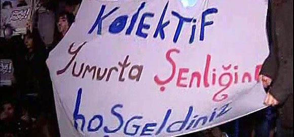 Ankara Üniversitesi Siyasal Bilgiler Fakültesi'nde gerçekleştirilen ?Türkiye'de Anayasa? konulu konferansta, Anayasa Komisyonu Başkanı Burhan Kuzuya protesto edildi. Kuzu'nun konferans salonuna girişinde öğrenciler yumurta attı. tarihte bugün