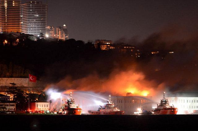 İstanbul Ortaköy'deki Galatasaray Üniversitesi'nin 142 yıllık tarihi ana binasında  yangın çıktı. Binanın büyük bir bölümü kullanılamaz hale geldi.  tarihte bugün