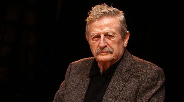 Ünlü tiyatro oyuncusu Müşfik Kenter yaşamını yitirdi. tarihte bugün