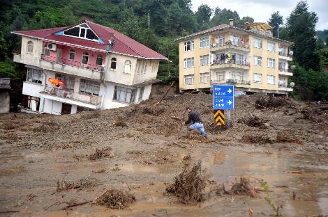 Rize'nin merkeze bağlı Gündoğdu beldesinde sağanak yağış sonucu meydana gelen sel ve heyelan nedeniyle 12 kişi yaşamını yitirdi, 6 kişi kayboldu. tarihte bugün
