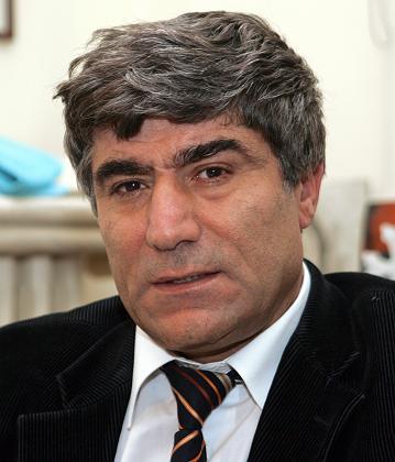 Agos Gazetesi Genel Yayın Yönetmeni Gazeteci Hrant Dink, İstanbul'da gazete binasının önünde uğradığı silahlı saldırıda yaşamını yitirdi. tarihte bugün