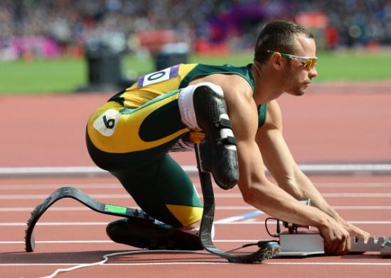 Olimpiyatlarda yarışan ilk ampute atlet olarak tarihe geçen Güney Afrikalı Oscar Pistorius, kız arkadaşını öldürdü.  tarihte bugün