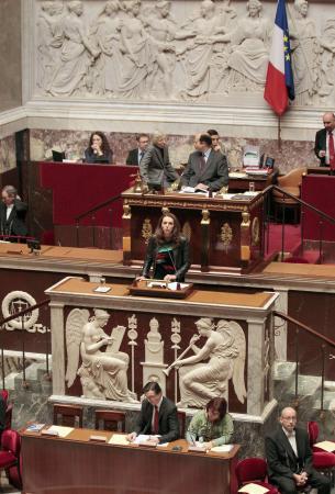 1915 olaylarına ilişkin Ermeni iddialarını reddetmeyi suç sayan yasa teklifi Fransa meclisi genel kurulunda  kabul edildi. tarihte bugün