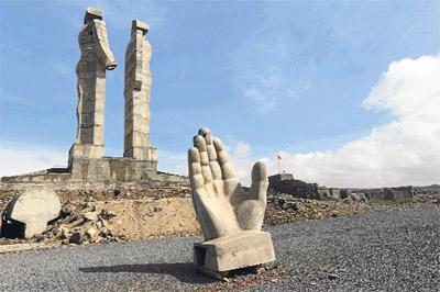 Başbakan Erdoğan, Kars Cumhuriyet Meydanı?nda düzenlenen açılış töreninde, kentteki ?İnsanlık Anıtı?nı ,