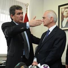 Önder Sav, 10 yıldır sürdürdüğü CHP Genel Sekreterliği görevini Suheyl Batum'a devretti. tarihte bugün