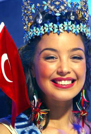 Azra Akın 2002 Dünya Güzeli seçildi. tarihte bugün