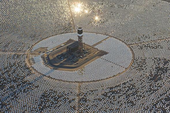 Bilgisayar kontrolünde 300 bin aynadan meydana gelen, 392 megawatt elektrik üretmesi planlanan dünyanın en büyük güneş enerjisi santrali Ivanpah Güneş Enerjili Elektrik Santrali