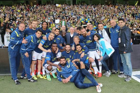 Fenerbahçe Sampiyon Kadın taraftarların önünde ilk