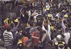 Filipinler'in başkenti Manila yakınlarındaki bir stadyumda meydana gelen izdihamda 88 kişi öldü, 280 kişi yaralandı. tarihte bugün