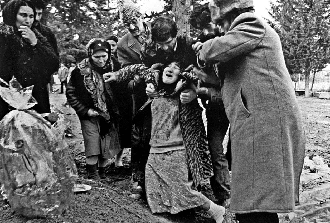 Azerbaycan'ın Hocalı kentine giren silahlı Ermeni gruplar 613 Azeri'yi öldürdü. tarihte bugün