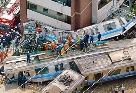 Japonya'da tren raydan çıkarak apartmana çarptı. Kazada 107 kişi öldü. tarihte bugün
