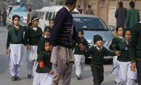 Pakistanda kanlı terör okul baskını yüzlerce ölü