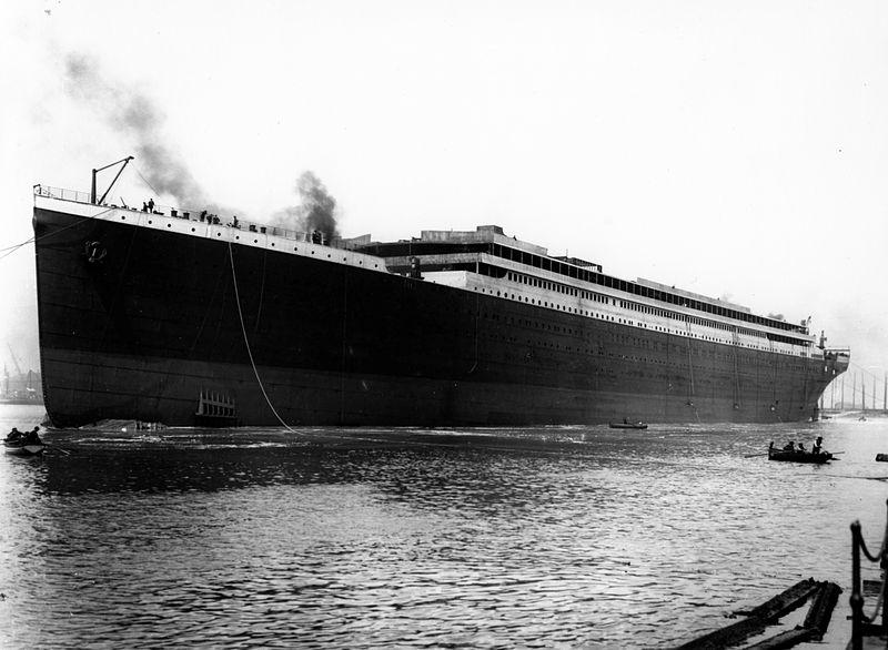 2340 yolcusuyla ilk yolculuğuna çıkan Titanik transatlantiği, New Foundland'ın güneyinde bir buzdağına çarparak battı: 1513 kişi öldü.  tarihte bugün