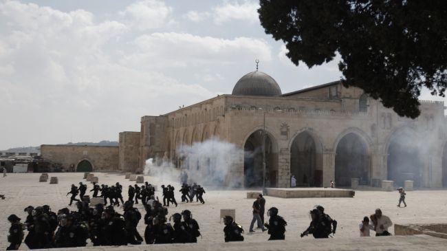 Zalim İsrail askerleri Mescid-i Aksaya girdi