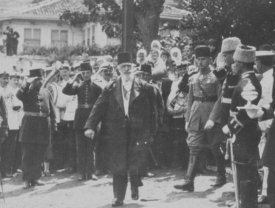 Halife Abdülmecit Efendi ve Osmanlı hanedanı mensupları yurtdışına çıkarıldı. tarihte bugün