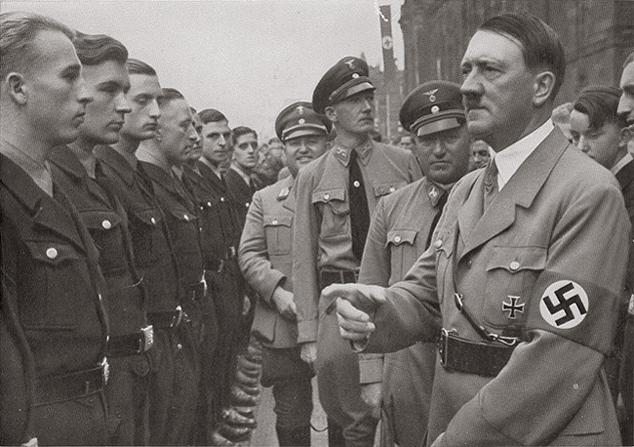 Adolf Hitler görme, duyma gibi sorunları olan engelli Almanların kısırlaştırılacağını açıkladı. tarihte bugün