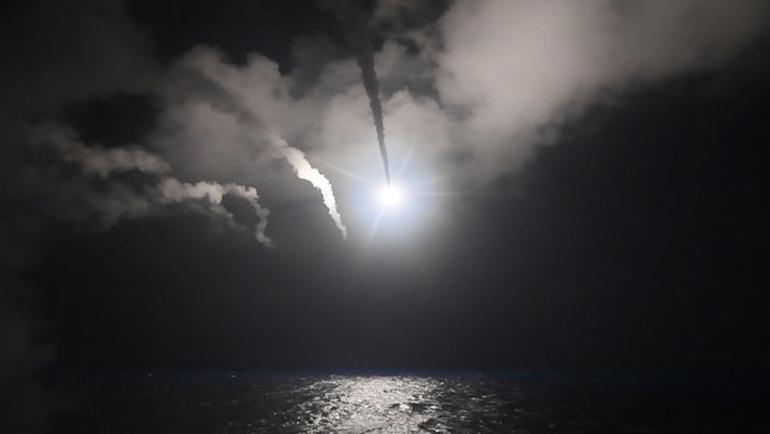 ABD Başkanı Trump'ın talimatıyla. Doğu Akdeniz'de yerleşik USS Porter ve USS Ross destroyerlerinden ateşlenen 59 Toma Hawk füzesi, Suriye'nin Şayrat Hava Üssü'nü vurdu. Pentagon, İdlibdeki kimyasal saldırılara karşılık operasyonun düzenlendiğini duyurdu.  tarihte bugün