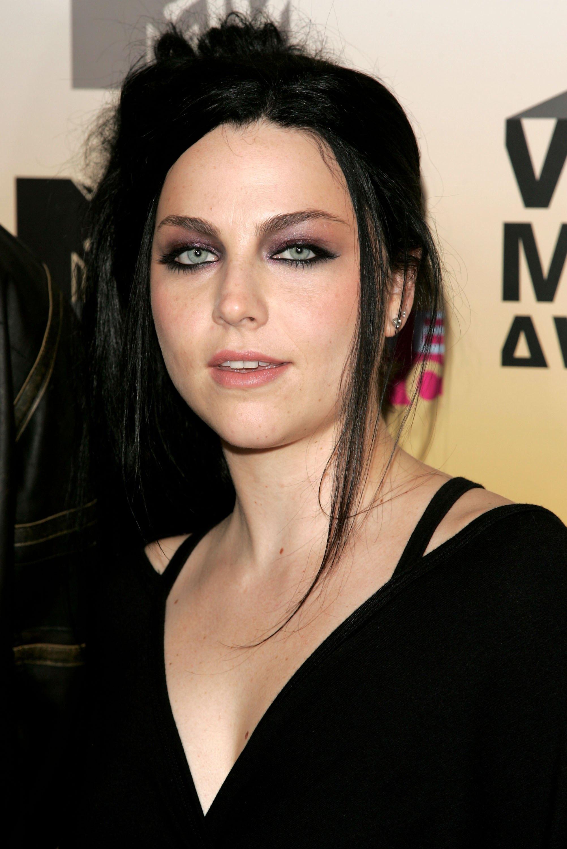 Amy Lee, Amerikalı rock grubu Evanescenceın vokalist ve bestecisi tarihte bugün