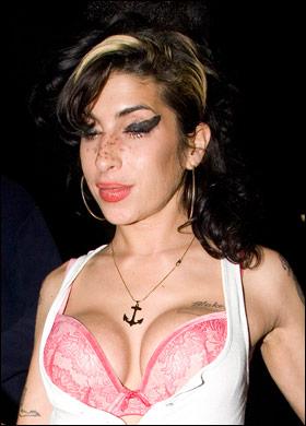 Amy Winehouse, ingiliz şarkıcı, besteci (DY-1983) tarihte bugün