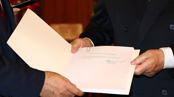 Ak Parti anayasa değişikliği teklifi ile ilgili çalışmasını tamamladı. AK Parti ve MHP'nin uzlaştığı anayasa paketi Meclis'e sunuldu. Anayasa'nın 18 maddesi değişecek. tarihte bugün