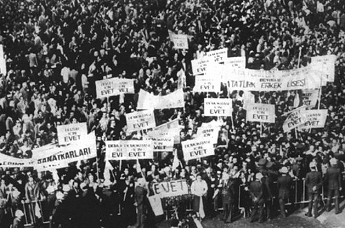 1981 Anayasası için halk oylaması yapıldı. Anayasa, yüzde 91,3