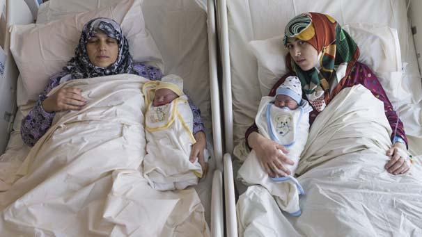 Anne Kız Aynı Anda Doğum Yaptı