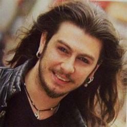 Barış Akarsu, pop ve rock müzik şarkıcısı, dizi oyuncusu. Trafik kazasında hayatını kaybetti (DY-1979) tarihte bugün