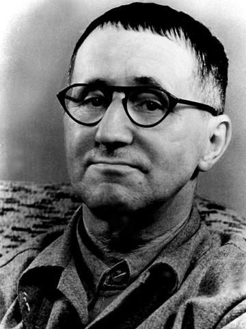 Alman oyun yazarı Bertolt Brecht. tarihte bugün