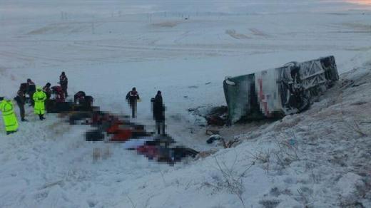Kayseri'nin Pınarbaşı ilçesinde yolcu otobüsü şarampole devrildi. 21 kişi hayatını kaybetti. tarihte bugün