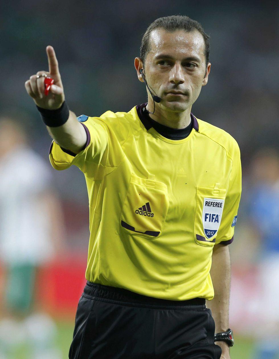 Cüneyt Çakır, futbol hakemi