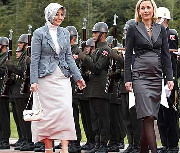 Çankaya Köşkü'nde yapılan Askeri törene ilk defa Cumhurbaşkanı Abdullah Gül'ün eşi Hayrünnisa Gül de katıldı. tarihte bugün