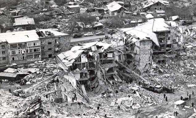 Ermenistan'da deprem: 100 binin üzerinde insan öldü. tarihte bugün