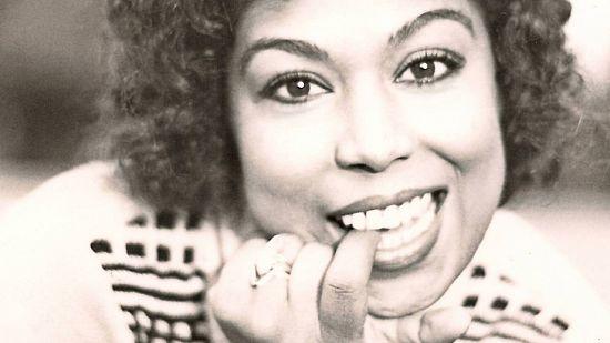 Esmeray, şarkıcı, oyuncu ve vokalist (DY-1949) tarihte bugün