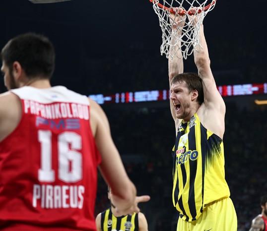 THY Euroleague Finali'nde Fenerbahçe, Yunan ekibi Olympiakos'u yenerek Avrupa şampiyonu oldu. Tarihte İlk kez bir Türk takımı Avrupa Şampiyonu. tarihte bugün