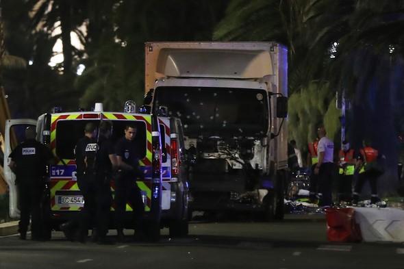 Fransa Nice kent merkezinde bir kamyon, 14 Temmuz Ulusal Gün (Bastille Günü) kutlaması yapan kalabalığın içine daldı. En az 80 kişi hayatını kaybetti. tarihte bugün