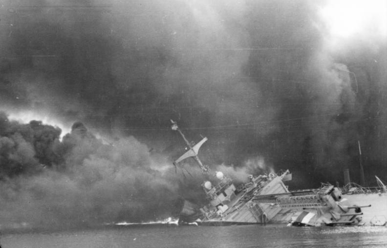 Toulon limanındaki Fransız donanması, Almanların eline geçmemek için kendini batırdı. tarihte bugün
