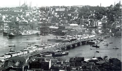 Bir Alman şirketine 1910'da ısmarlanan Galata Köprüsü hizmete girdi. Köprüden geçiş 1930'a kadar paralı olarak sağlandı. 'Müruriye' denilen geçiş parasını, önlükler giyen tahsildarlar topluyordu.  tarihte bugün