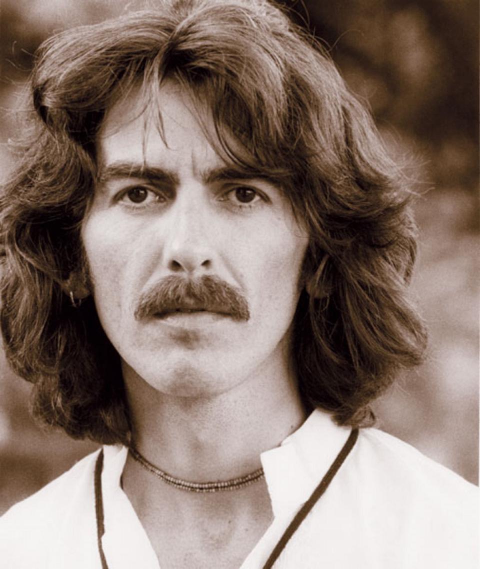 George Harrison, The Beatles müzik grubunun gitaristi (ÖY-2001) tarihte bugün