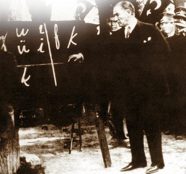 Latin temeline dayanan yeni Türk harfleri kabul edildi. Cumhurbaşkanı Mustafa Kemal Paşa'ya altın levha üzerine kabartma bir alfabe hediye edildi. tarihte bugün
