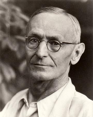 Alman asıllı İsviçreli yazar Hermann Hesse. tarihte bugün