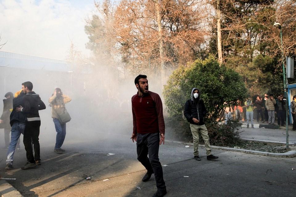 İran'da ekonomik darboğaza tepki olarak başlayan yönetim karşıtı gösteriler beşinci gününde. Bugün 17 kişi hayatını kaybetti.  tarihte bugün