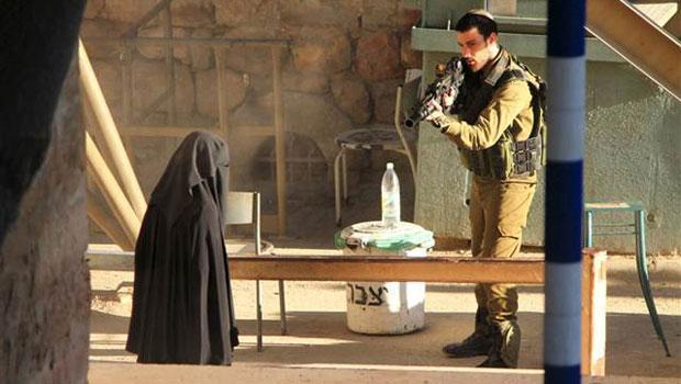 İsrail askerleri, Filistin'in El Halil kentinde kontrol noktasına yaklaşan 18 yaşındaki Filistinli kızı, Hudeyl Huşlemun'u vurdu. tarihte bugün