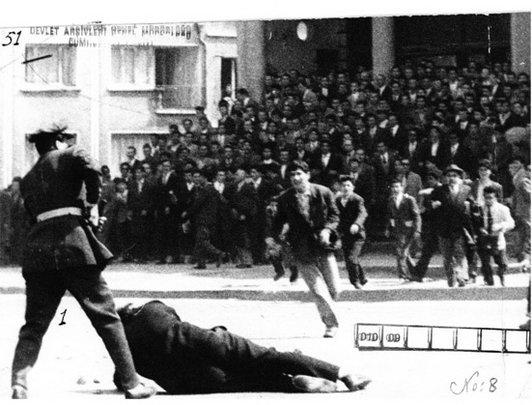 İstanbul Üniversitesi öğrencileri, üniversite Merkez binasında hükümet aleyhine gösteri yaptı. Güvenlik güçleri, gösterilere müdahale etti. Güvenlik güçlerinin üniversiteden ayrılmasını isteyen rektör Sıddık Sami Onar , tartaklanarak Emniyet Müdürlüğü'ne götürüldü. Gösterilerde, Orman Fakültesi öğrencisi Turan Emeksiz öldü. Ankara ve İstanbul'da sıkıyönetim ilan edildi. tarihte bugün