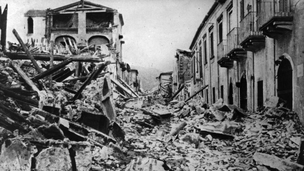 İtalya'nın güneyinde Sicilya adasındaki Messina kentinde Avrupa'da gerçekleşmiş en büyük deprem meydana geldi. 100 bini aşkın insan hayatını kaybetti. tarihte bugün