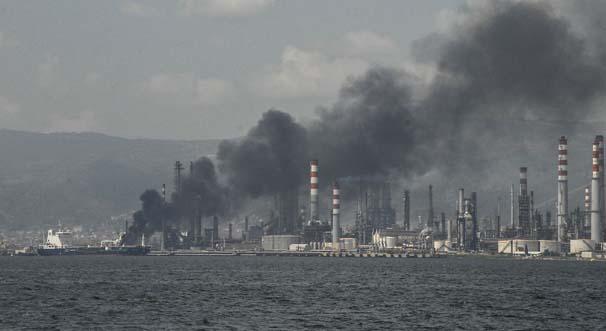 Tüpraş'ın İzmir'deki rafinerisinde depolama tankında meydana gelen patlamada 4 işçi hayatını kaybetti. tarihte bugün