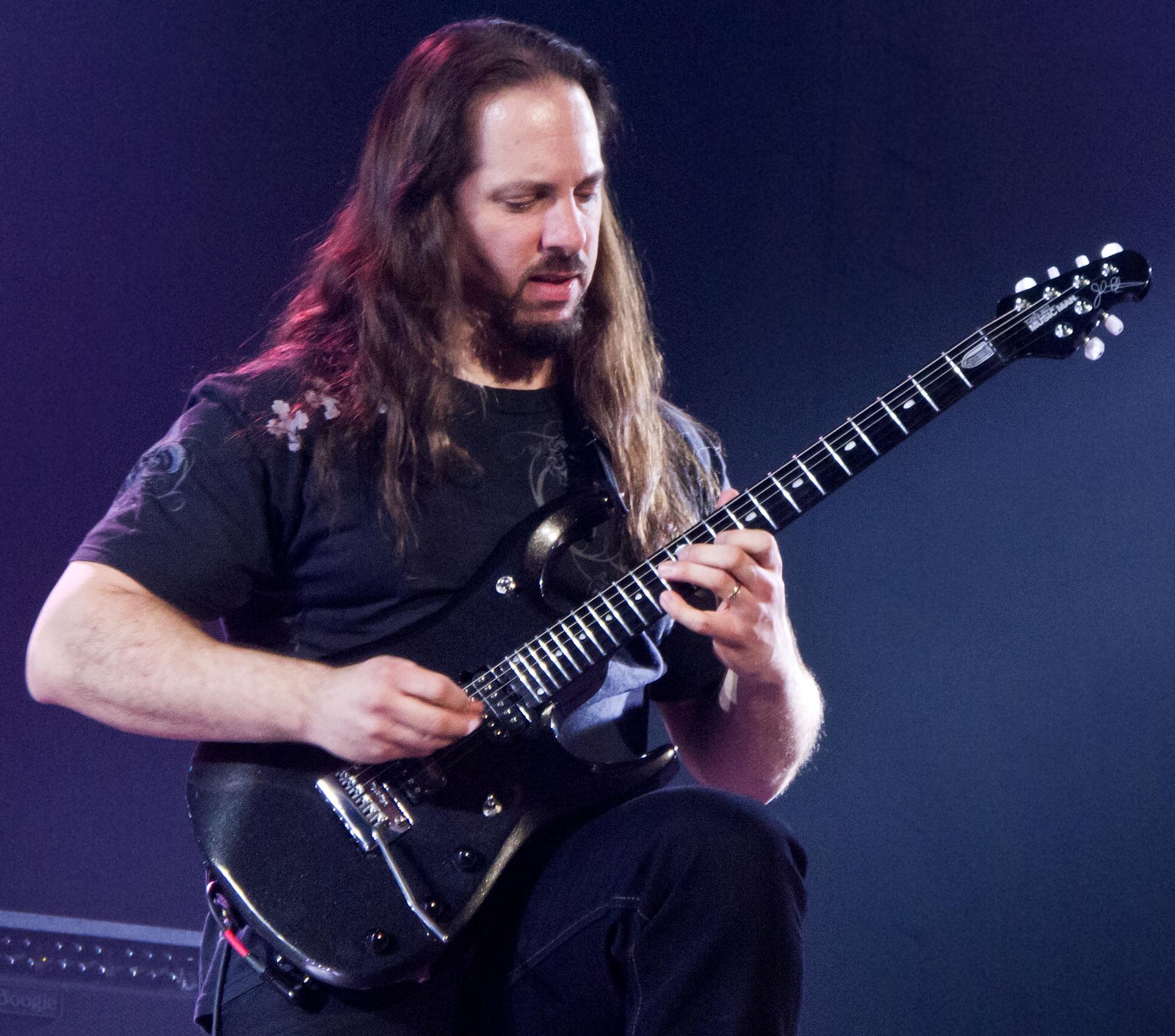 John Petrucci, Amerikalı Dream Theaterın üyesi, gitarist tarihte bugün