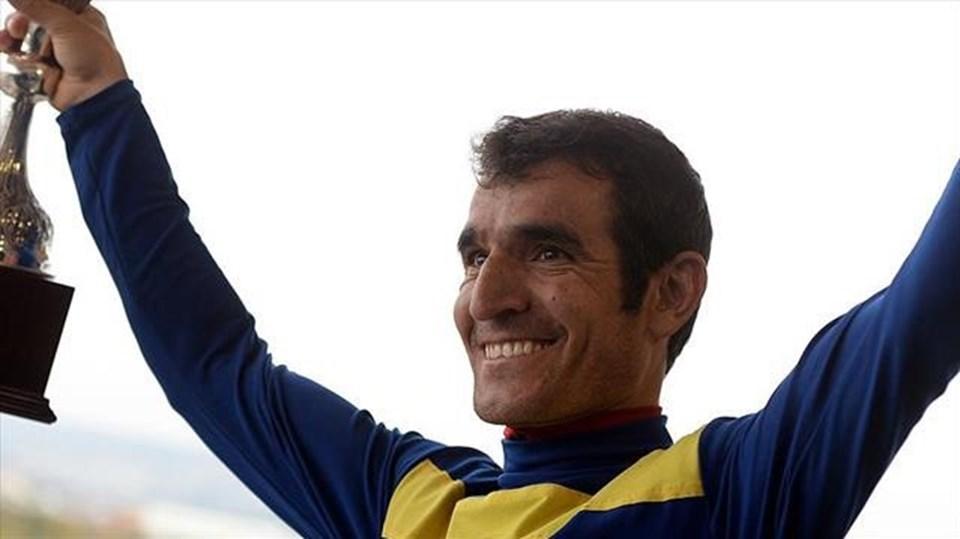 Jokey Ömer Kaya. Ankara 75. Yıl Hipodromundaki yarışta atıyla beraber düşerek beyin kanaması geçirmişti. tarihte bugün